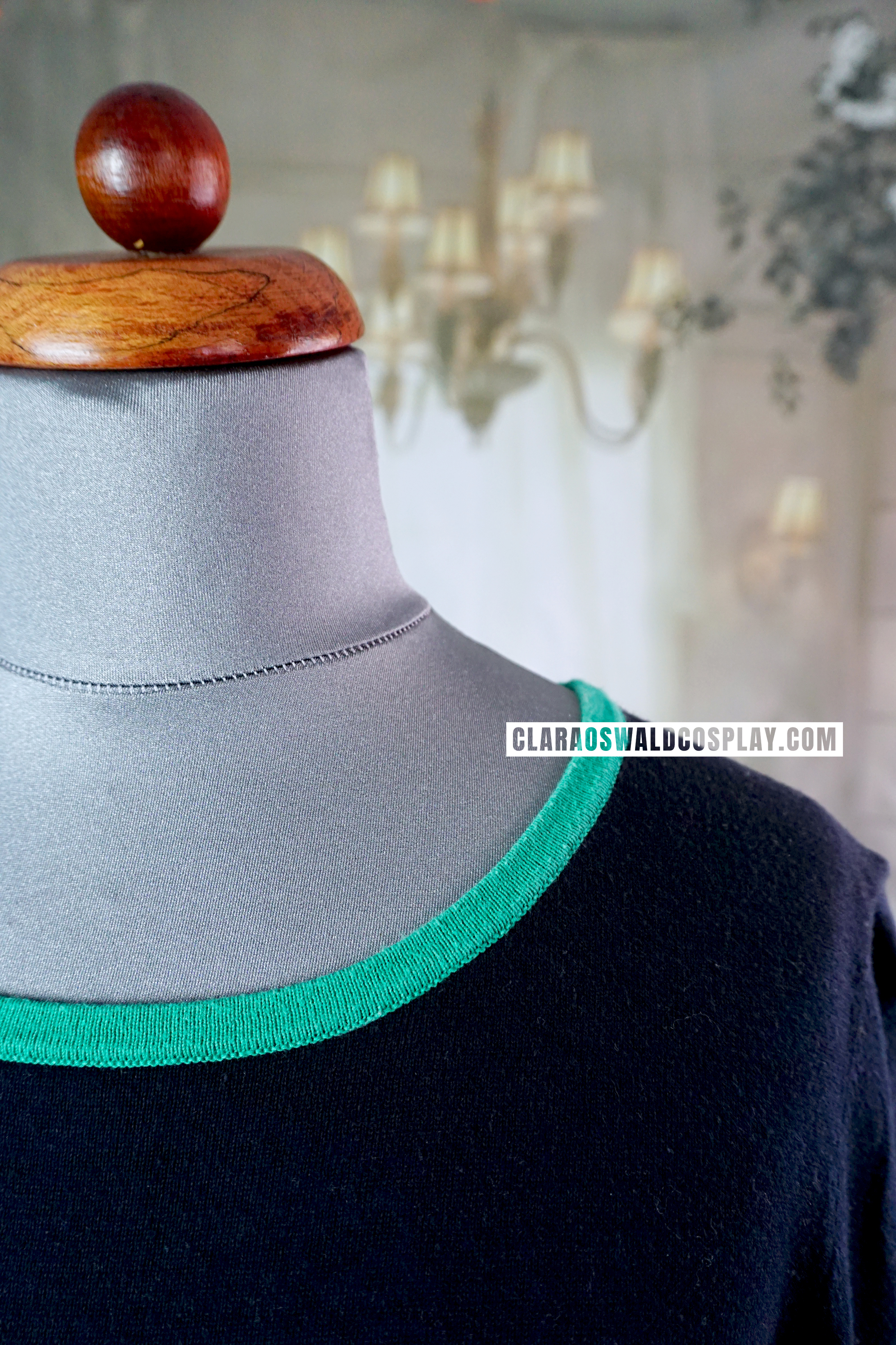 Close-up of the green collar.